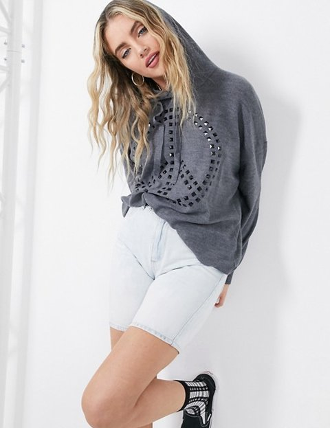 Outfit jersey gris mujer con capucha