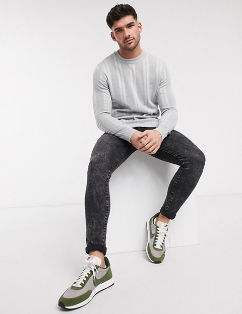 Outfit jersey gris rayas verticales hombre