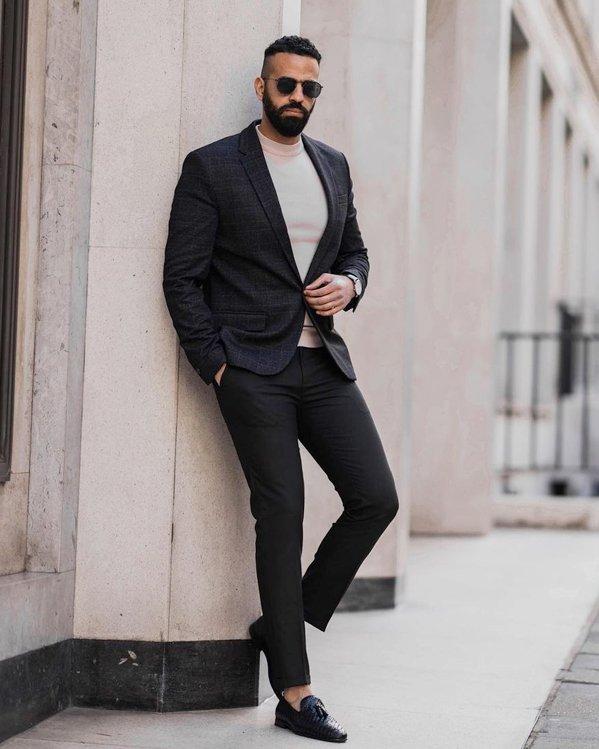 Outfit moderno y elegante con chaqueta americana de cuadros y pantalón de vestir negro