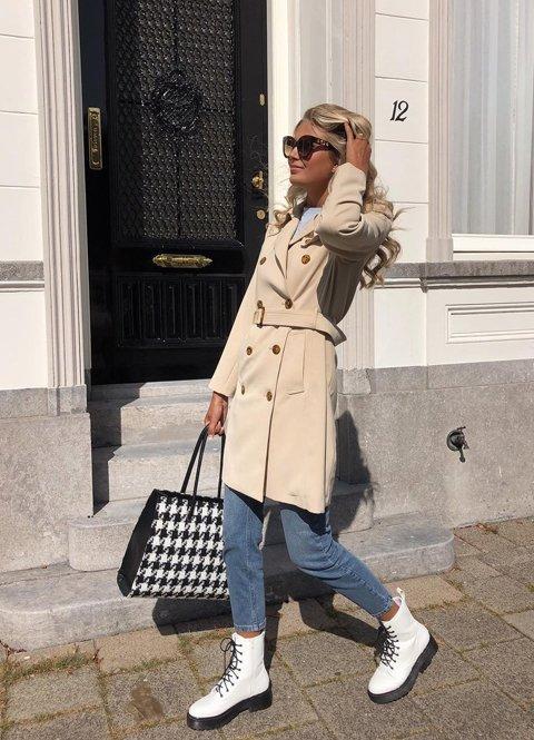 Outfit mujer con gabardina camel y botas militares