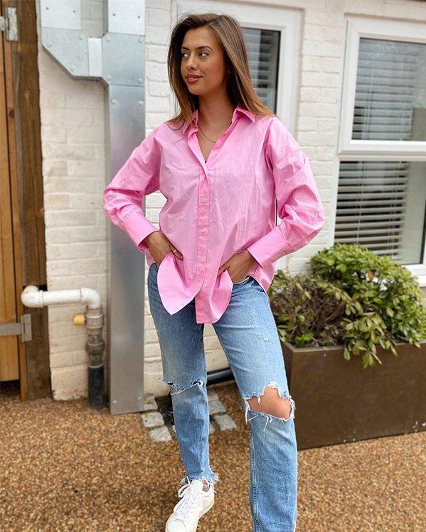 Outfit mujer informal con camisa de manga larga rosa, vaquero recto descosido y zapatillas blancas de suela plana