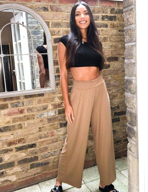 Outfit pantalón beige culotte con cintura fruncida mujer