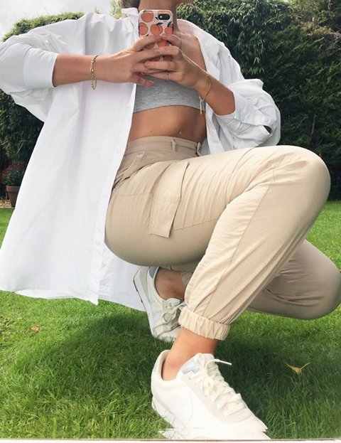 Outfit pantalón beige mujer