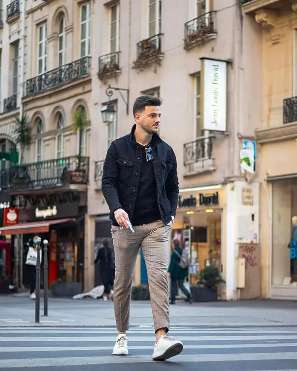 Outfit para hombre casual con chaqueta azul y pantalones a cuadros