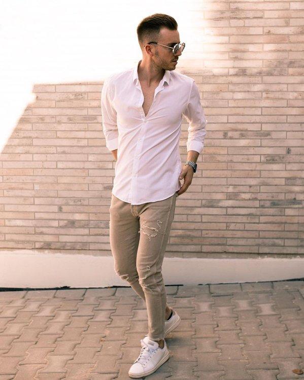 Outfit para hombres con camisa blanca entallada y pantalones color piedra