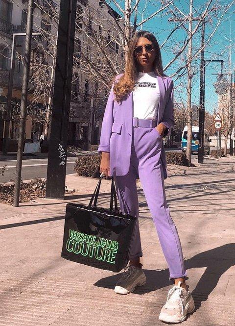 Outfit streetwear mujer traje con sneakers