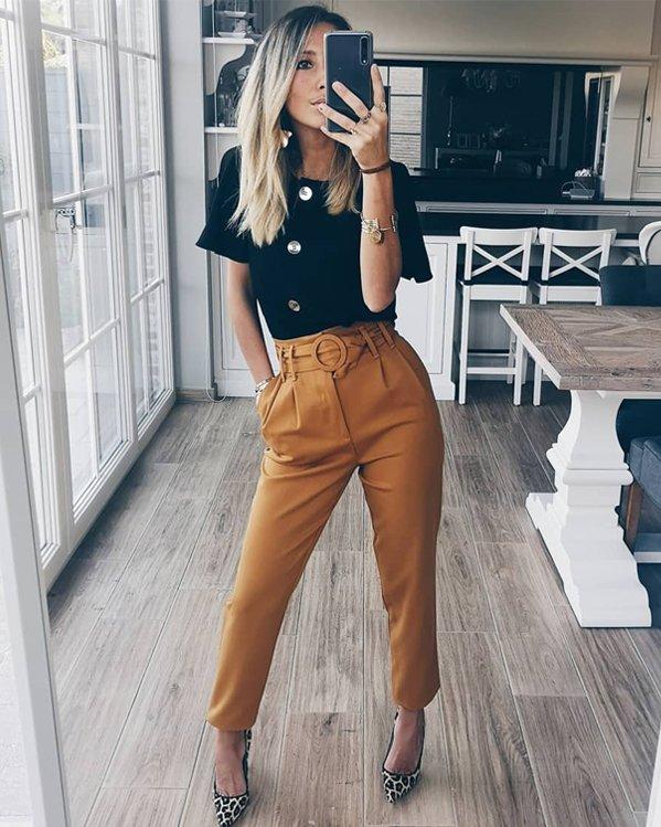 Outfit tendencias mujer con blusa, pantalón de vestir cintura alta y tacones