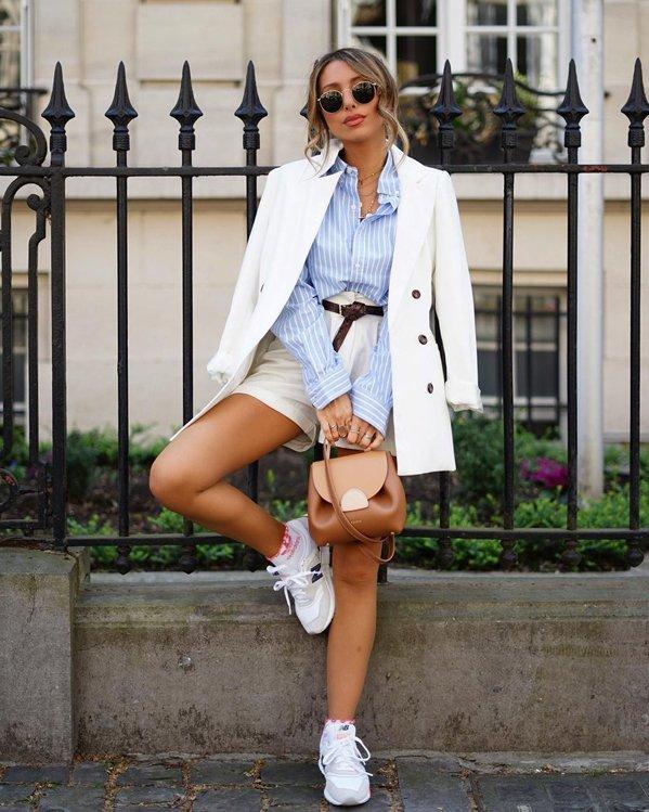 Outfits bonitos con blusa de rayas, shorts y zapatillas