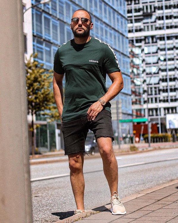 Outfits deportivos hombre con camiseta, pantalones cortos y sneakers blancos