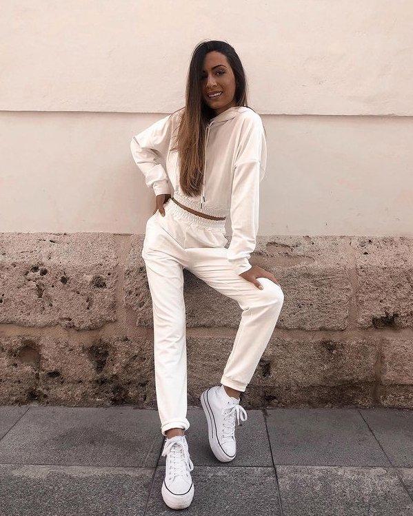 Outfits mujer conjunto joggers jersey de algodón blanco y deportivas Converse con plataforma blancas