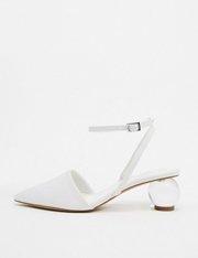 Zapatos de corte ancho con tacón de bola en blanco Writer